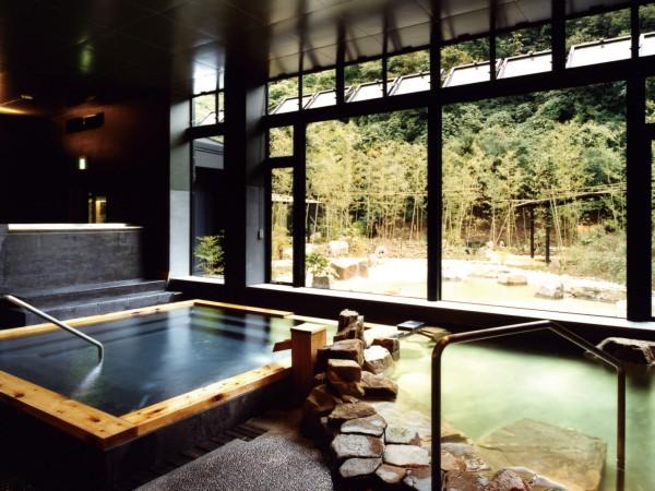 妙賀山を望む自然豊かな空間に、 広々とした露天スペース。
