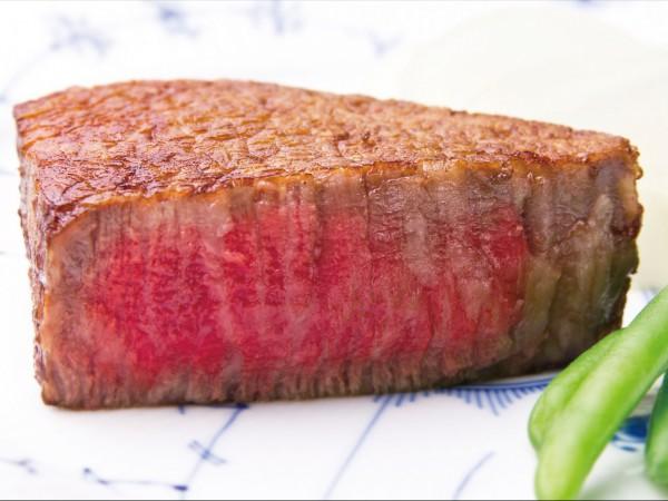 炭火でじっくり焼いた和牛ステーキを洗練のフレンチコースで。